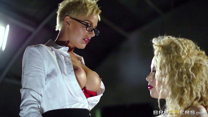 Interrogatoire sexy de Jasmine Aruba, un gros sexpot