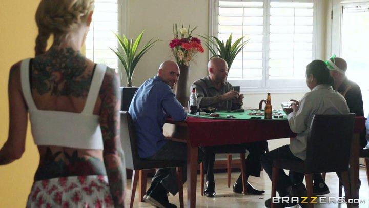 La prostituta malcriada Sarah Jessie chupa la polla gorda de el compañero de su marido.