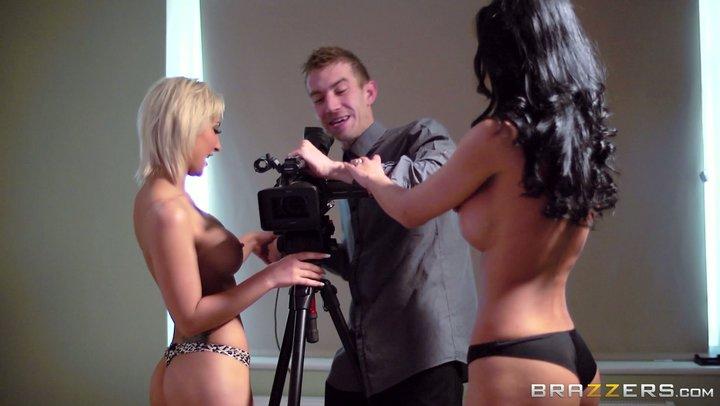 As actrizes pornográficas Celine Doll e Shalina Devine seduzem o operador de câmara