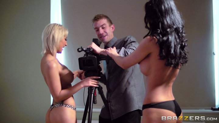 Pornodarstellerinnen Celine Doll und Shalina Devine verführen den Kameramann