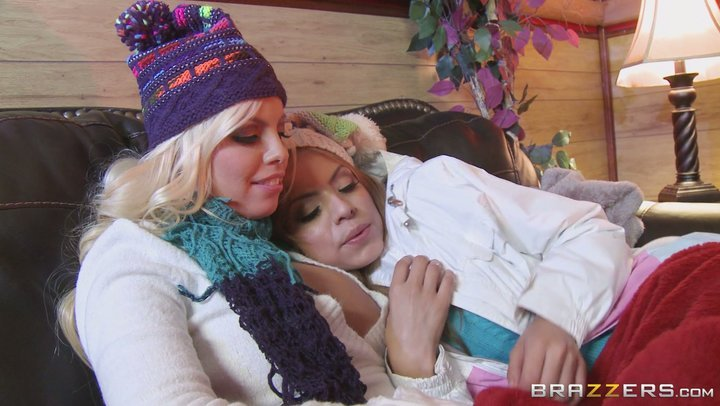 Ski-Mädchen Britney Amber und Yurizan Beltran tun es auf lesbische Weise