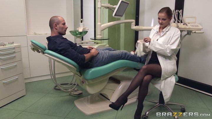 Une vulgaire dentiste russe, Candy Alexa, souffle sur un patient