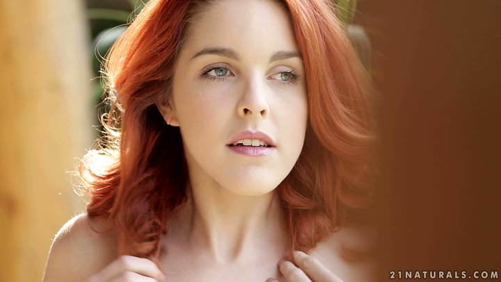 Marvelous Redhead Teen Amarna Miller geht solo im Freien