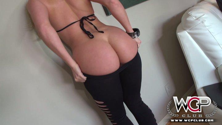 AJ Applegate treats enormous dark cockerel with her phat ass