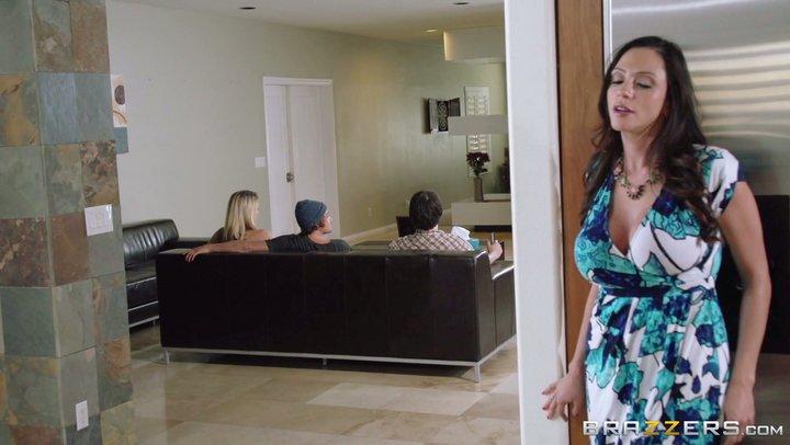 Puma com mamas gigantes Ariella Ferrera trabalha em galos jovens