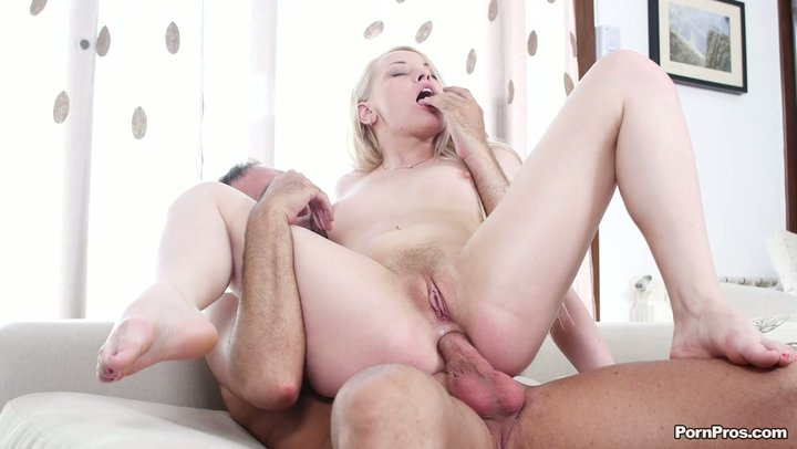 Russian sex bomb Lola Taylor does butt-centric with american stud