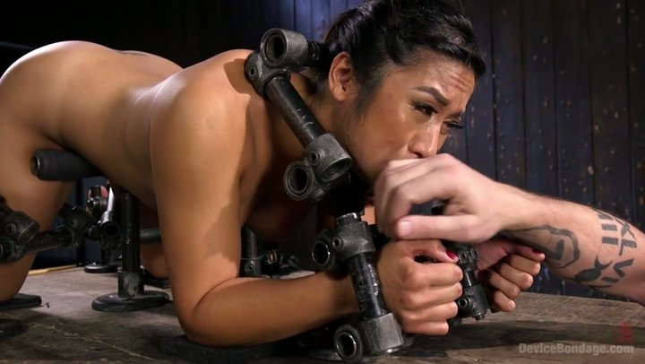 Mia Li é imobilizada e punida por orgasmos hardcore